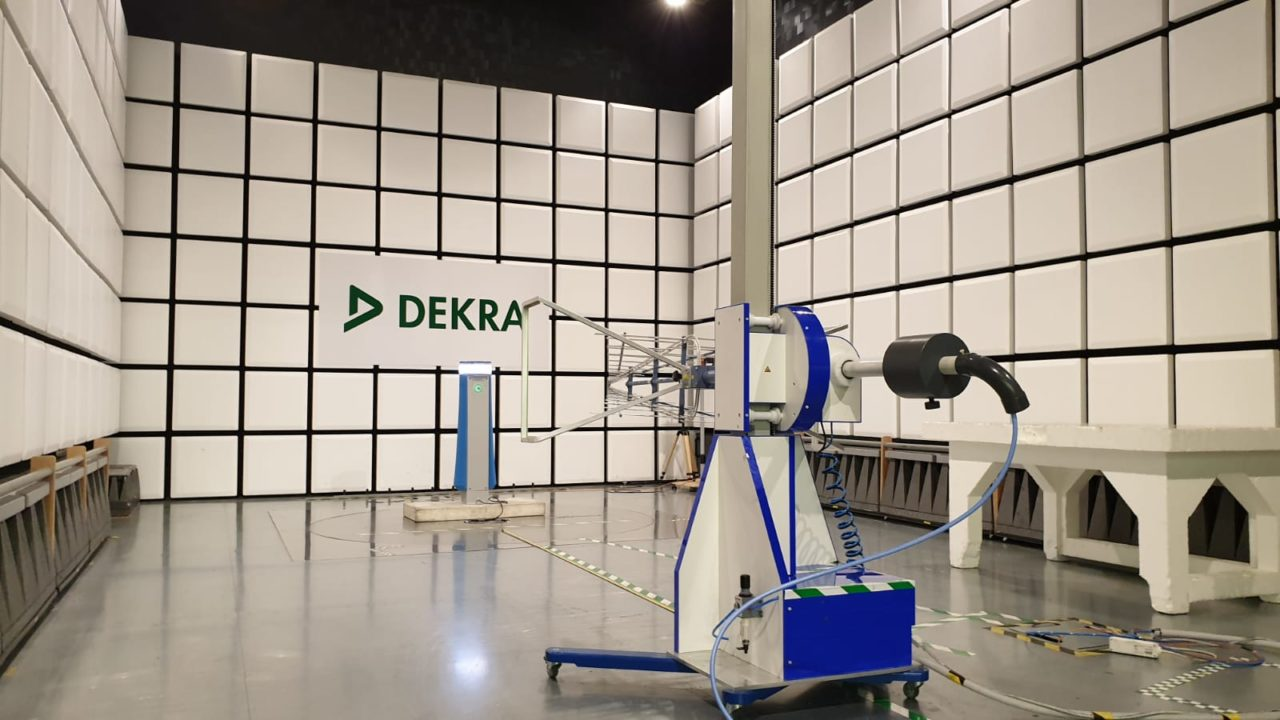 Het testen van de Yalp Memo interactieve spelzone in een speciale kamer voor Elektromagnetische Compatibiliteit